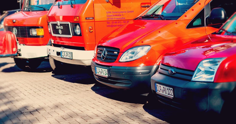 Vollbildaufnahme der Fahrzeugflotte mt LKWs, Sprintern und PKWs der SAN-Solarsysteme GmbH