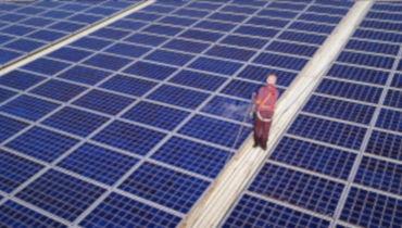 Vorschaubild der Solarreinigung mit einem Mitarbeiter der SAN-Solarsysteme GmbH